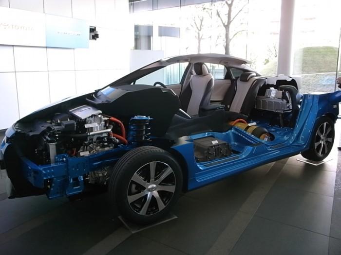 モーターだからどうにでもなるはずだが、MIRAIはFF(FWD)、すなわちプリウスなどと同じ前輪駆動。既存モーターの流用が前提だったから。前席下がFCスタック、後席下の黄色は高圧水素タンク。トランク直前は駆動用バッテリー。