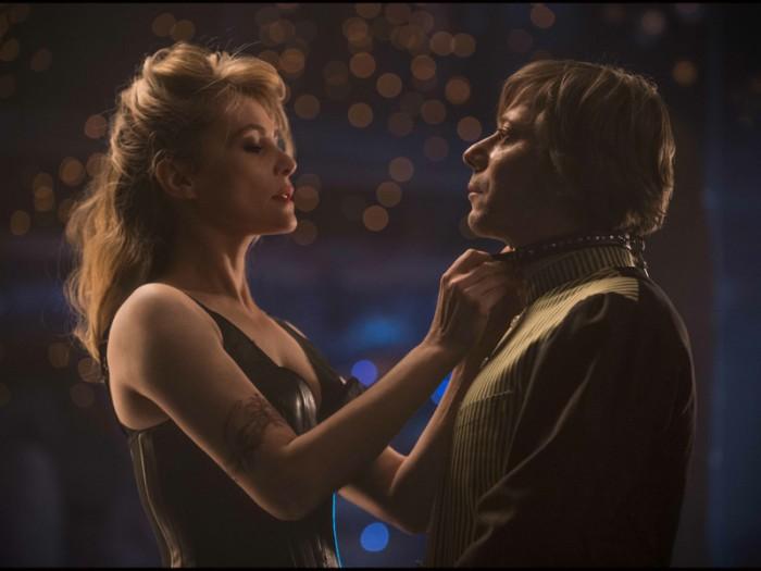 『毛皮のヴィーナス』では、オーディションに来たワンダ(エマニエル・セニエ)に惹かれていく演出家トマ・ノヴァチェクに扮する。『毛皮のヴィーナス』© 2013 R.P. PRODUCTIONS – MONOLITH FILM
