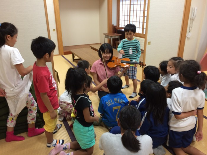 楽器を構えたら子どもたちが近づいてきた。和室という空間もなごやかでいいね。
