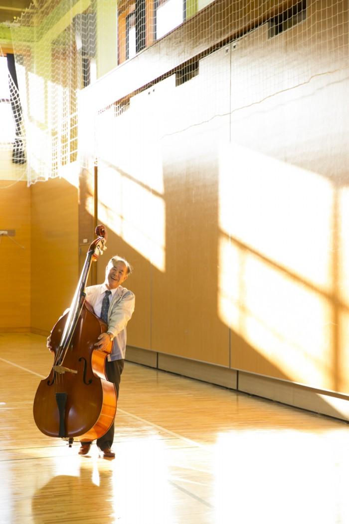大きな楽器をにこやかに運ぶ後藤さん。大人がリラックスしていると、練習もきっと楽しいよね。© FESJ/2013/Mariko Tagashira