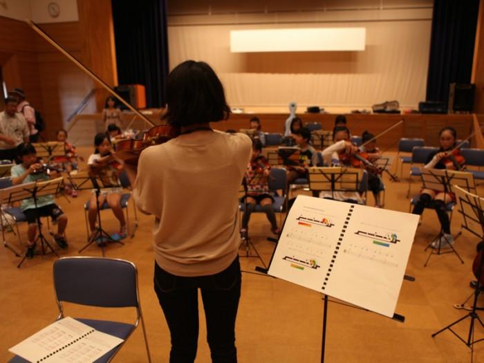 練習中はフェローも子どもも手元に「オーケストラ・スタディ」を用意。この指で弾こうと決めて、自分で指番号を書き込もう。
