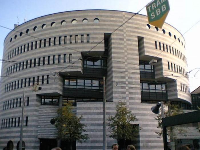 マリオ・ボッタ建築の『国際決済銀行(BIS)別館』。元々はスイスユニオン銀行のビルだったとのこと。