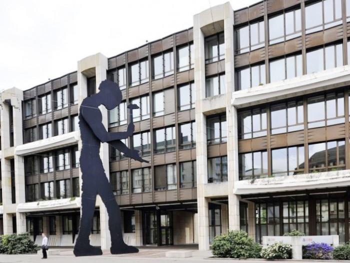 ジョナサン・ボロフスキーの『ハンマーを打つ人」はマリオボッタ建築に向かって左側方向に道を渡り直進100m先にあります。