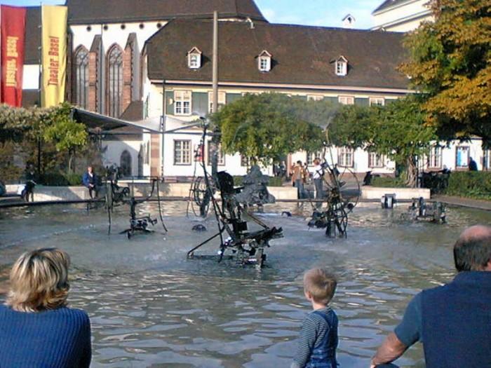 『バーゼル市立劇場』前のジャン・ティンゲリー噴水。夏はなかなか良いです。