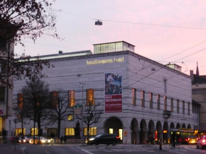 夕暮れの『バーゼル市立美術館』外観。古風な石造りの建築が美しいです。