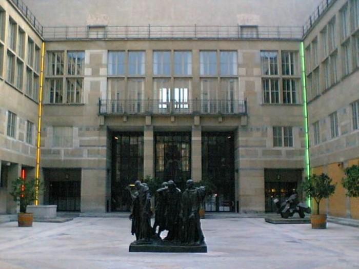 『バーゼル市立美術館』の中庭。オーギュスト・ロダン『カレーの市民』などが設置されています。