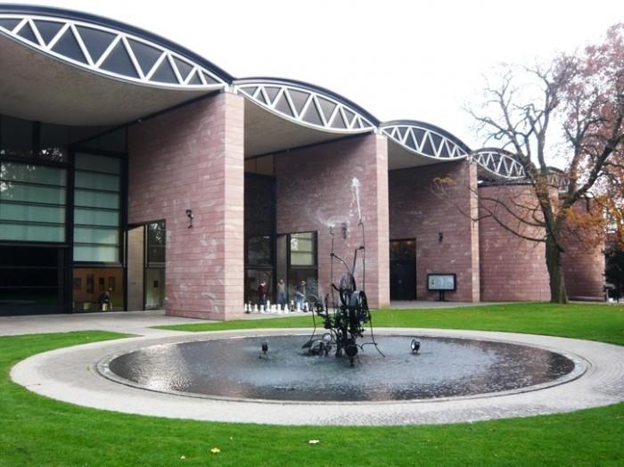 『ティンゲリー美術館』の庭。ここにも噴水彫刻があります。