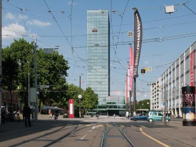 メッセ広場駅に行くと、周り中がメッセの建物で、その中にレールが走っているので方向感が判りにくいです。拡大地図必携です。