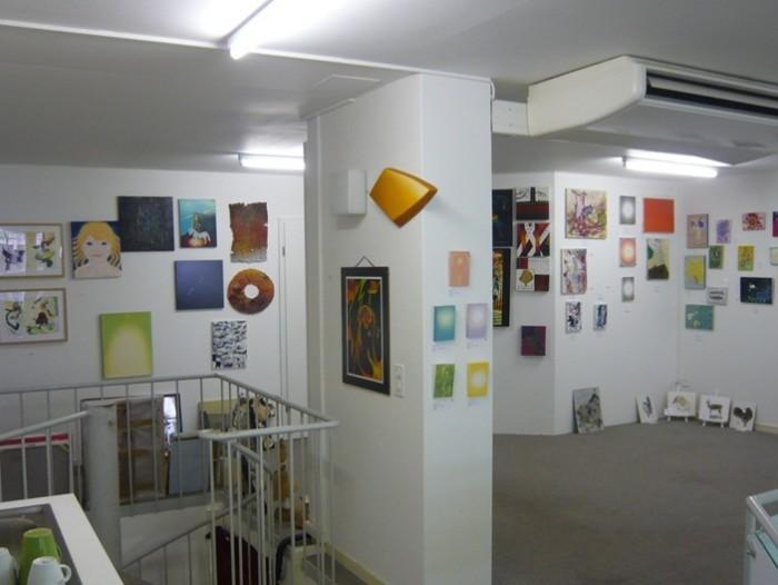 ブルーメンインセルの2階ギャラリーコーナー。日本人作家のグループ展をやっていました。