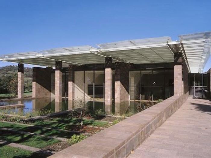 『バイエラー財団美術館』。右端が入口で左側奥は畑です。
