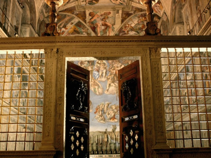 『システィーナ礼拝堂』。天井画は教皇ユリウス2世の依頼を受けたミケランジェロが旧約聖書の9つの場面と預言者、巫女を描き盛期ルネッサンス様式を極めた。それから約20年後教皇クレメンス7世の依頼で壁画『最後の審判』を制作。マニエリスム様式の礎となった。© direzione dei musei - governatorato s.c.v