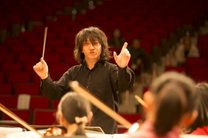 指揮指導の浅岡洋平さん。「音楽を形にするのは簡単なんです。同じ練習を長い時間繰り返せばいい。でもそれじゃ、厳しい練習だったということ以外なんにも心に残らない。たいせつなのは、形じゃないんです」© FESJ/2013/Mariko Tagashira