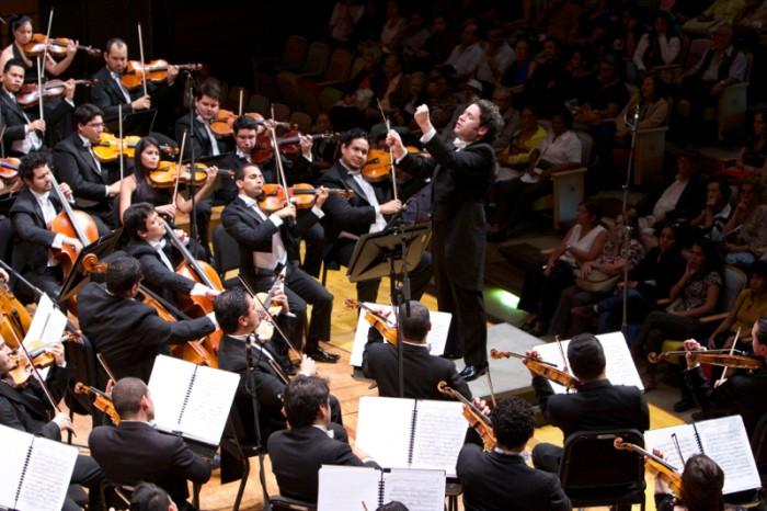 ベネズエラ発祥の「エル・システマ」でともに育ったグスターボ・ドゥダメルとシモン・ボリバル交響楽団。どちらもいまや世界を舞台に活躍する「家族」。