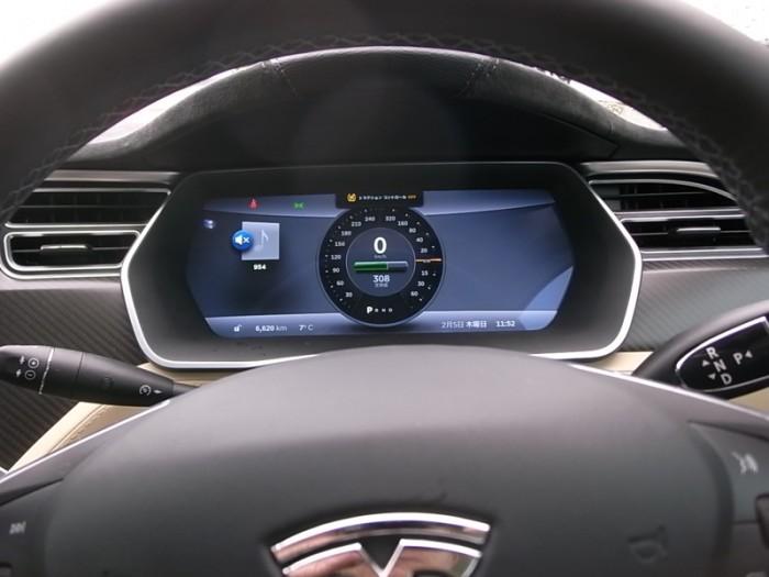 参考までに計器盤はこうなっている。大径メーターがひとつだけ。左半円が速度(km/h)を、右が出力(kW)を表わす。モデルS P85の最高出力は310kW(421PS)で0-100km/hを4.4秒で走り切る。AWD仕様はさらに速い。