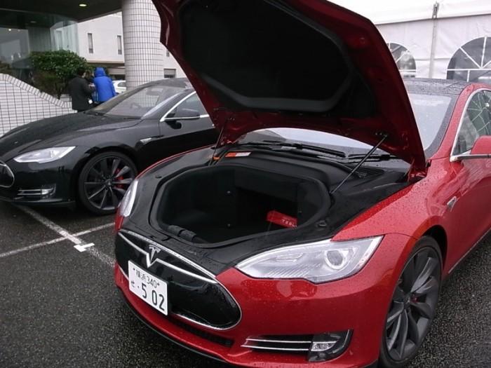 """あるべきところにあるべきもの(エンジン)がないためフードの下はそっくり150ℓ入りのラゲッジルームに。因みにこれまでモデルSにはP85のほかに225kWの""""60""""と270kWの""""85""""があり、60のベース価格は871万円「から」だった。"""
