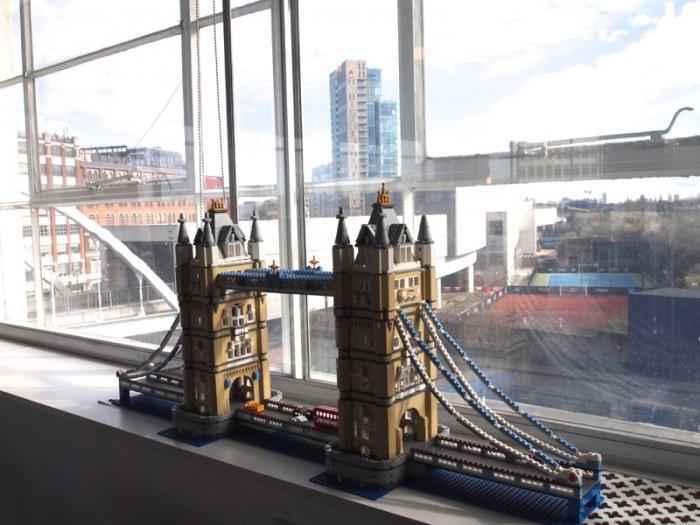 レゴで作ったタワー・ブリッジが窓辺に。