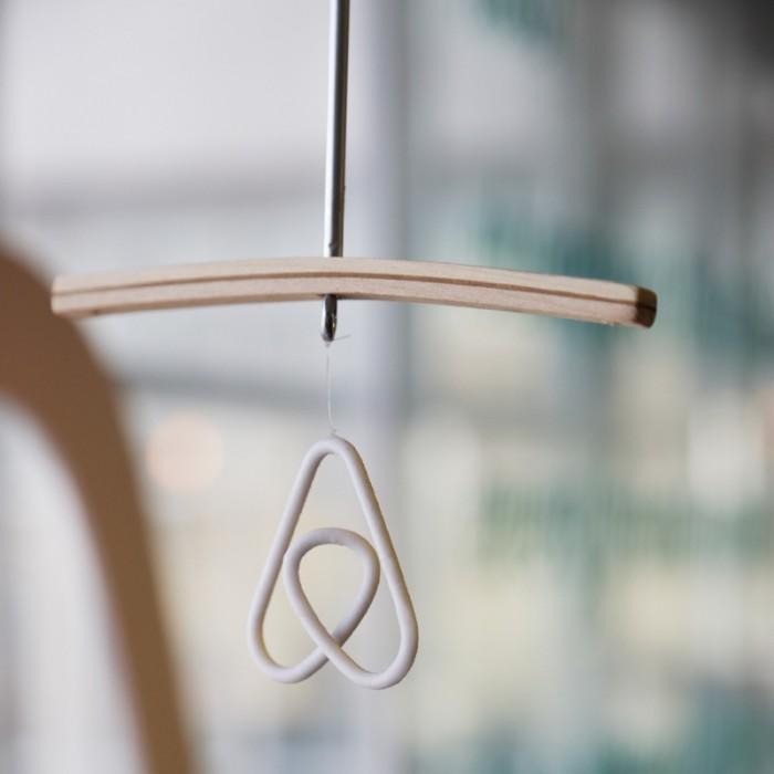 『Airbnb』のロゴマークは、マップ上のPLACEマーキングと、LOVE、人々を表している。