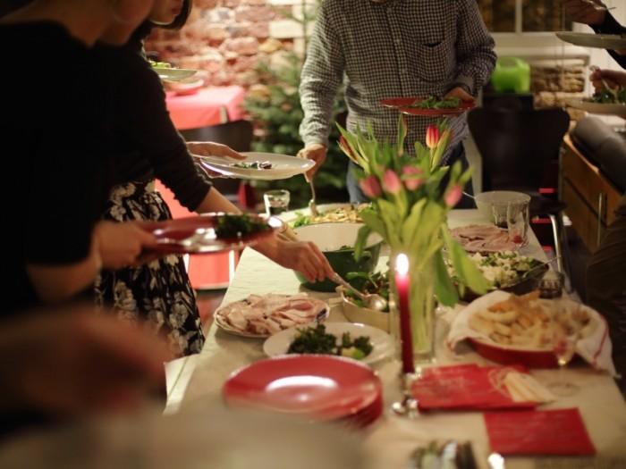 ロンドンの人気ホストのひとりLienelleさんのリスティングでのホームパーティの様子から。ケータリング・チーム『season』のシンプルでキュート、おいしいフードと、温かいホスピタリティとのマッチング。