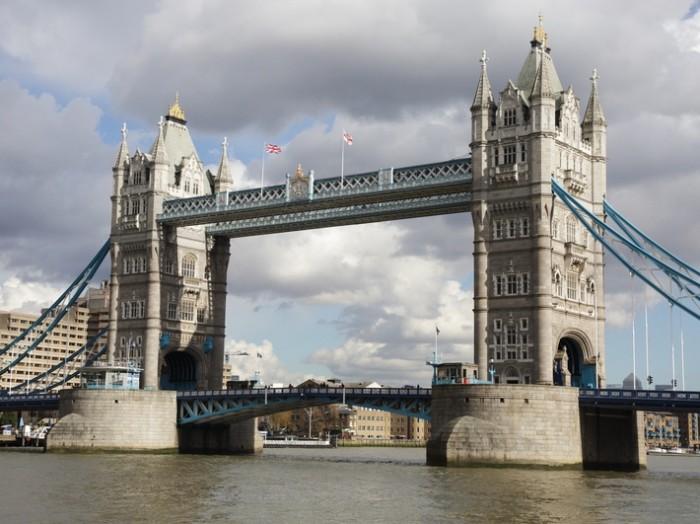 ロンドンのシンボル タワー・ブリッジが間近見えるのですが、これはカフェに向かう時に撮影したもの。
