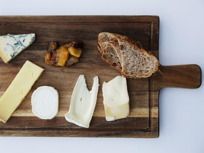 デザートのイギリスチーズ・セレクション。スティンキー・ビショップ(匂う司祭)という恐ろしい名前のチーズがおいしい。