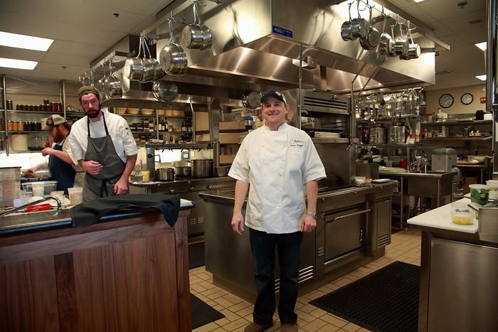 レストラン顔負けの厨房。中央がシェフのジャスティン・ワングラー