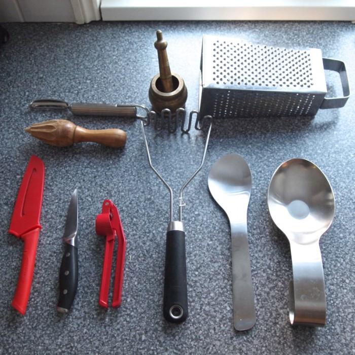 ガーリッククラッシャー、ポテトマッシャー、サラダスプーン、スプーンレストまで揃う。