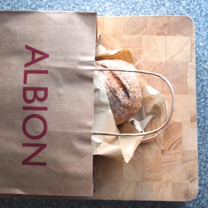 ジュリアさんのお気に入りの近所のお店『ALBION』のパンがとてもおいしい。