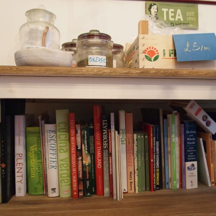 ダイニングの本棚。エスコフィエの料理本など本当に料理が好きなのだなとわかるタイトル。自由に飲んで良いハーブティーは、気に入ったら5ポンドで購入できる。
