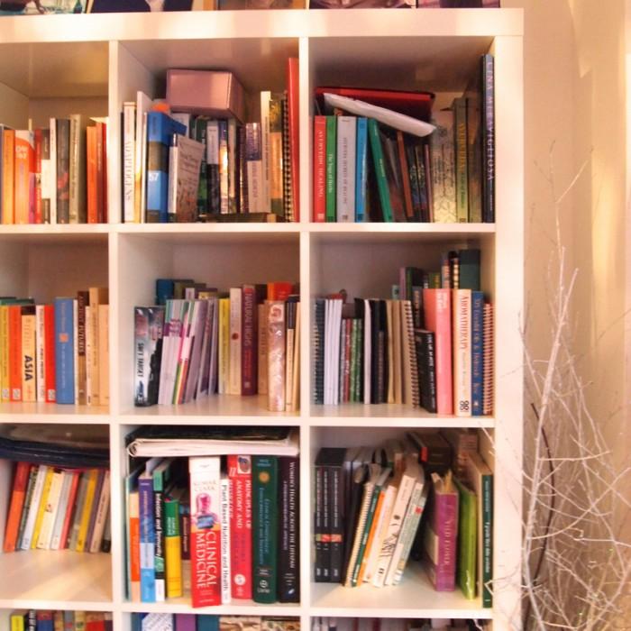 リビングの書架。ヨガ、タオ、スピリチャル、医療のタイトルが。眺めているだけでも楽しい。