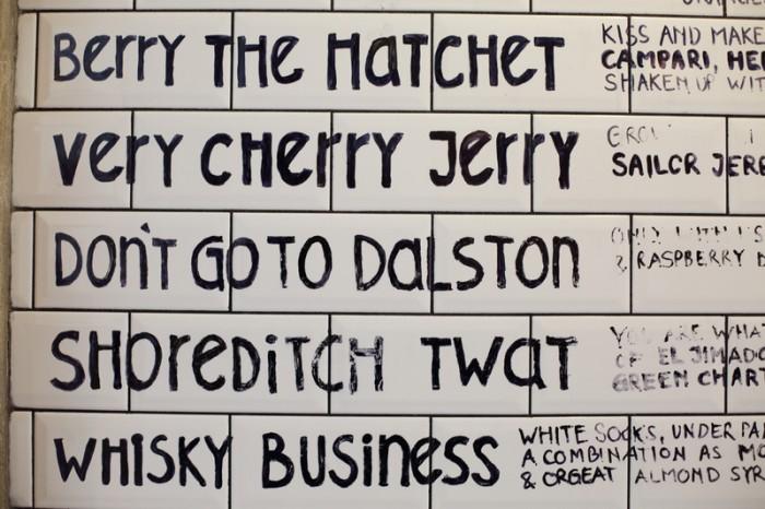 """ユーモア溢れたオリジナル・カクテルのネーミング。カンパリベースの""""Berry the Hachet""""(ことわざ""""Bury the hachet""""より)など。"""
