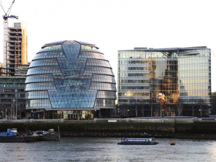 ロンドン塔から臨むテムズ川の南岸 サザーク。左の卵型のビルがグレーター・ロンドン・オーソリティ(ロンドン市庁)のあるシティ・ホール。設計はノーマン・フォスター