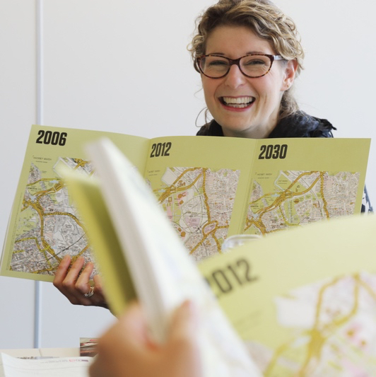 公園の計画段階から未来像まで図面を拡げて説明。クイーン・エリザベス・オリンピック・パーク コミュニティ・ビジネス担当 エマ・フロストさん。