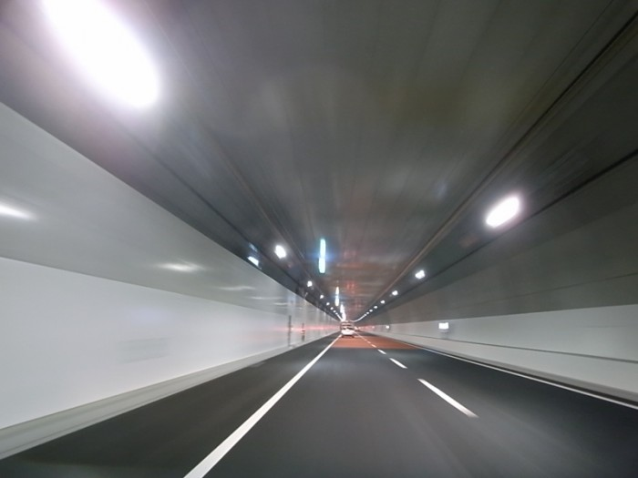 """トーキョーモビリティ19。3月7日に全線開通した、出来立てホヤホヤ真っ新な首都高中央環状線(C2)""""山手トンネル""""。湾岸線(B)と別かれ、3号渋谷線とマージするまでの大井ジャンクション(JC)→大橋JC間(外回り)は入ってすぐ、箱根ターンパイクのようなダウンヒルが続き、奈落の底に落ちて行くかのようだ。"""