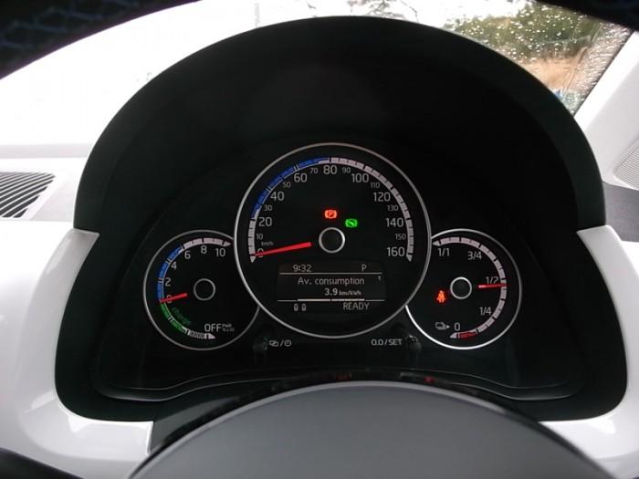 外観に劣らずシンプルなe-up!のメーター。左からパワーメーター、速度計、バッテリー残量計の順。
