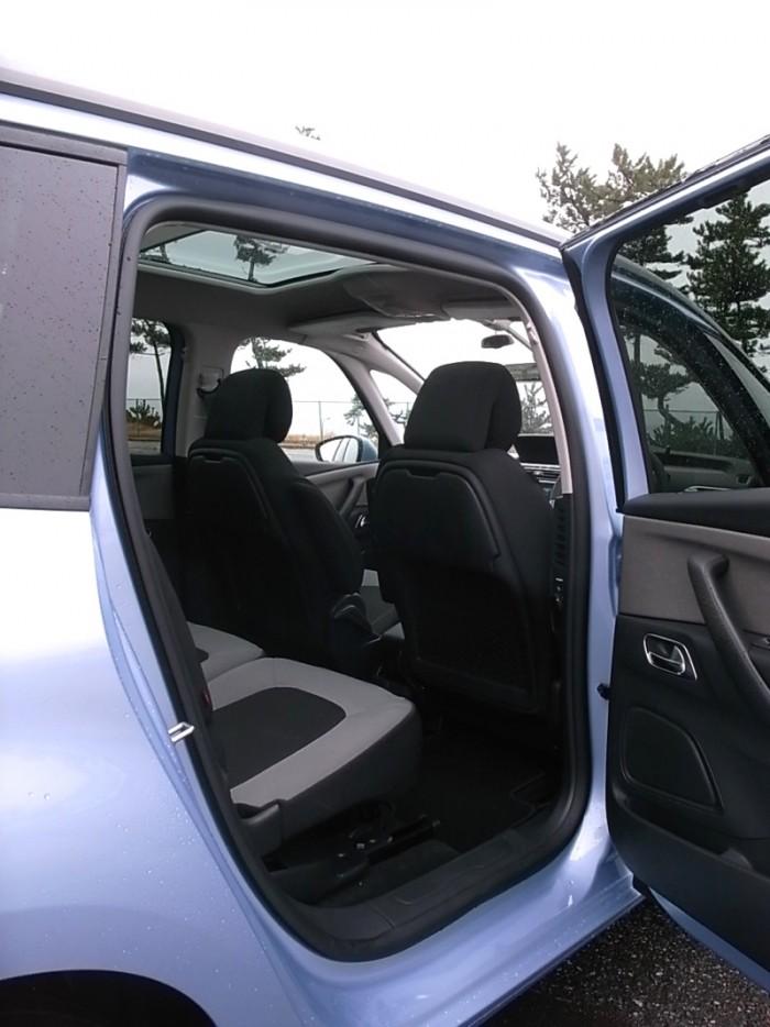 ピカソは2代目登場時から極限まで上方拡大されたウインドスクリーン(フロントガラス)がウリ。まるで禿げ上がった額のようだ。このクルマにはガラスサンルーフまで備わり、高めの着座位置と相俟ってファミリーカーに相応しい開放感に富む。