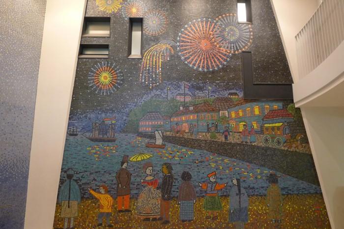 吹き抜けの壁面を飾るモザイクは山下清の山下公園。