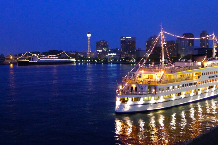 夜の大さん橋、旅客船、ブルーライト・ヨコハマ