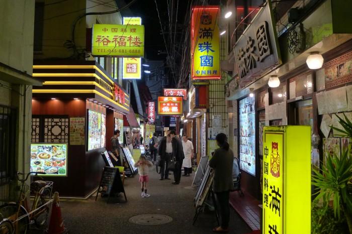 中華街は裏通りが面白い、占いの店が増えて台北のようだ。