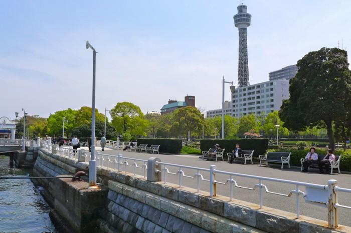 もと灯台だけあって海のそば、山下公園のベンチも海を向いて並ぶ。