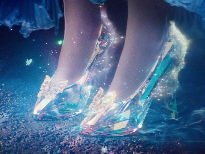 フェアリー・ゴッドマザー(ヘレナ・ボナム=カーター)は魔法の杖でカボチャを馬車に、ネズミを馬にエラの破れたドレスを美しいドレスに変え、光り輝くガラスの靴を与える。