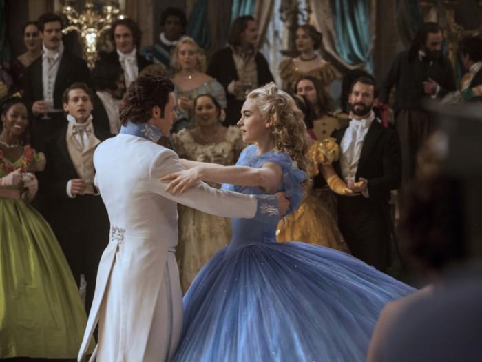 城に到着したエラは森で出会った青年キット(リチャード・マッデン)が王子であることを知る。夢のようなひとときを過ごし、お互いの気持ちを確かめ合う2人。