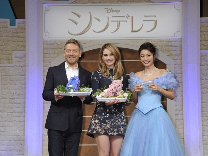 ザ・リッツ・カールトン東京でのシンデレラ役のリリ ー・ジェームズとケネス・ブラナー監督 来日記者会見 より。