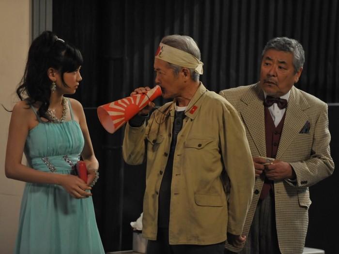 ゆり子(清水富美加)はホステスとして働きながらモキチのめんどうを見ている。
