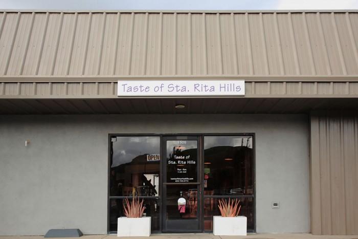 店エントランス ロンポクの町のワイン・ゲットーに店はある