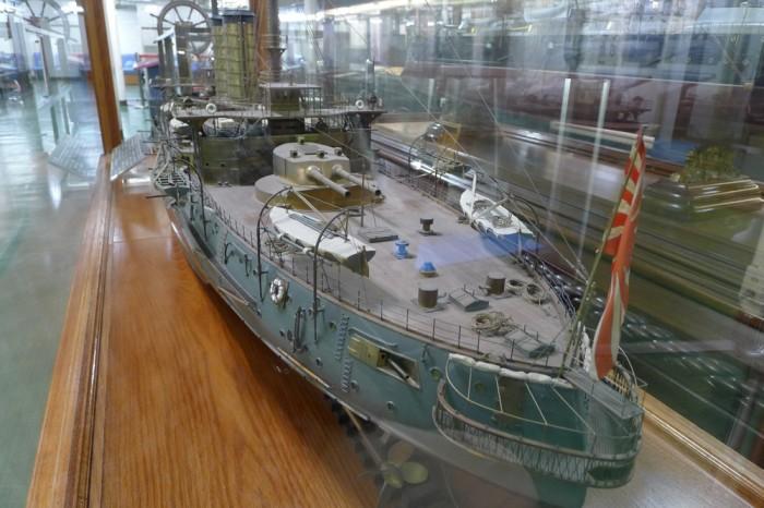 戦艦「三笠」の精巧な模型は金属製、船尾方向から