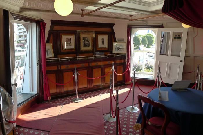 船尾にある長官室の白いドアを開けるとベランダのような歩廊が