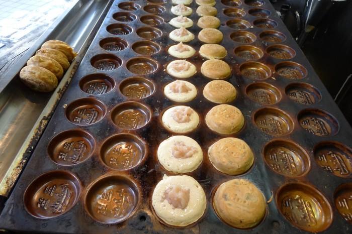 横須賀名物の三笠焼は黒あんと白あん、焼き上がりが待てない?