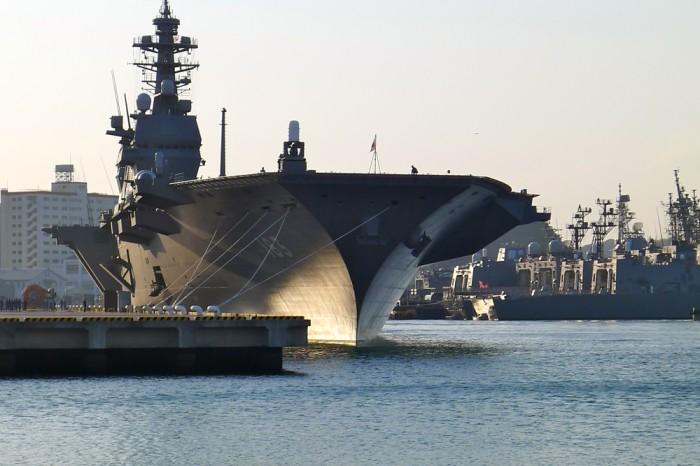 夕方帰る時に見ると、最新鋭の護衛艦「いずも」に変わっていた