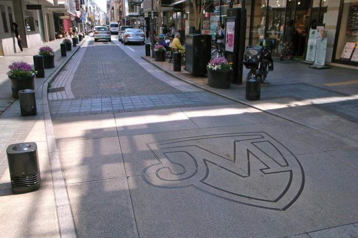 石畳の道路をクルマが通るとヨーロッパの音がする。