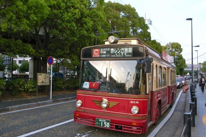 元町で会ったバス『あかいくつ』にはNHK朝ドラのステッカーが。